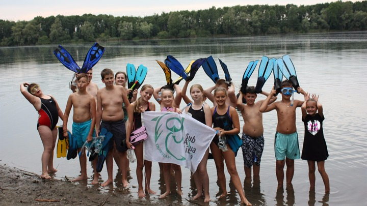 Jonge snorkelduikers gaan op vissafari