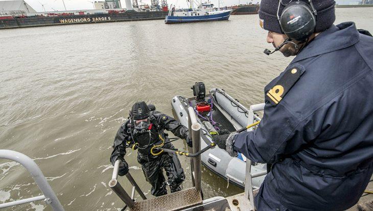 Explosievenruimers en duikers maken Eemshaven 'bomvrij'