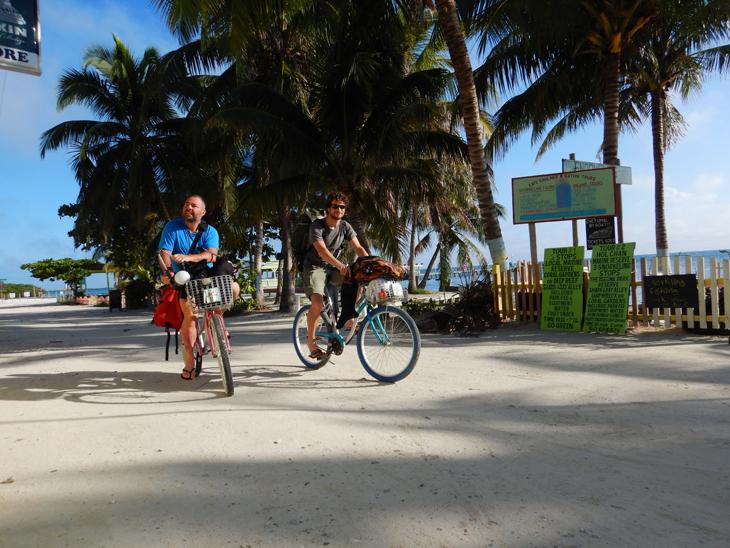 Op de fiets op weg naar je grotduik, het kan in Belize.