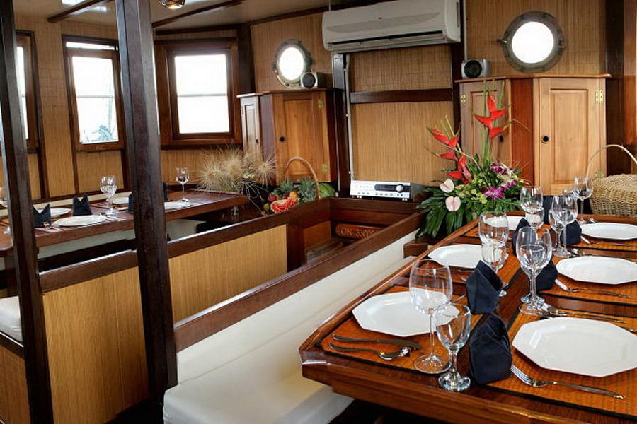 Raja Laut Komodo DUIKEN lezersreis eetzaal