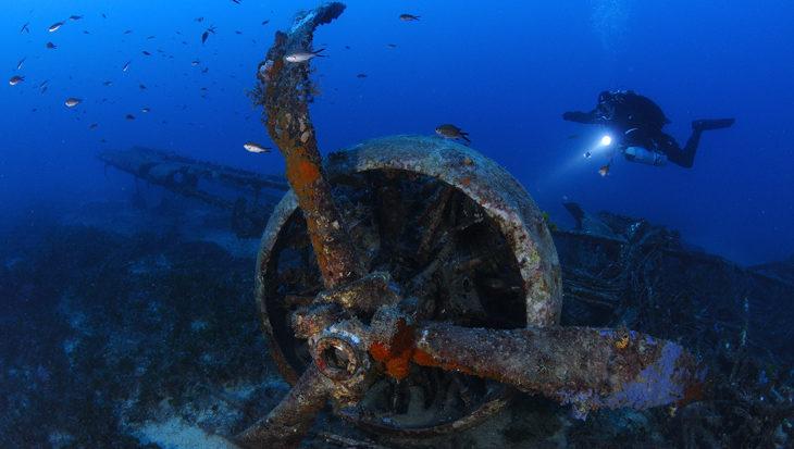 Bommenwerpers en onderzeeërs op de zeebodem van Malta