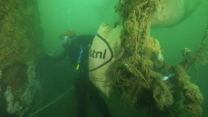 Duikexpeditie doet een clean up langs de kust