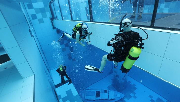 Diepste zwembad ter wereld voor duikers geopend in Polen